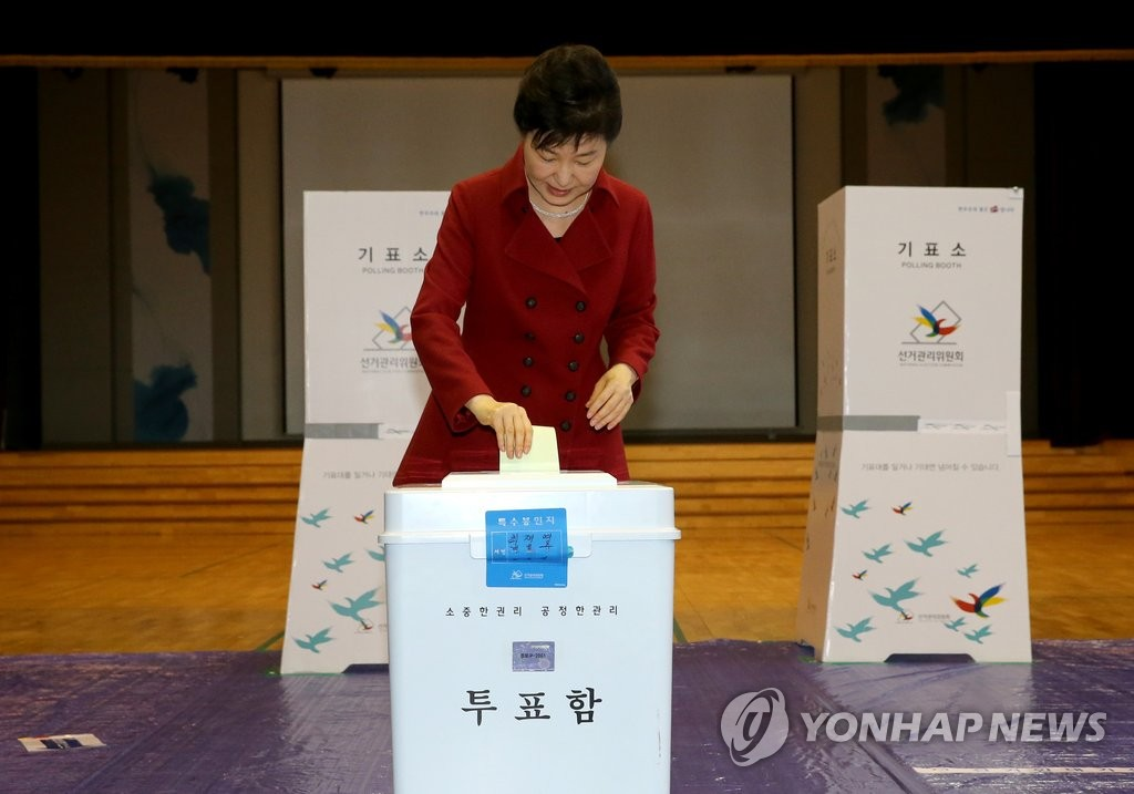 朴槿惠进行国会议员选举投票
