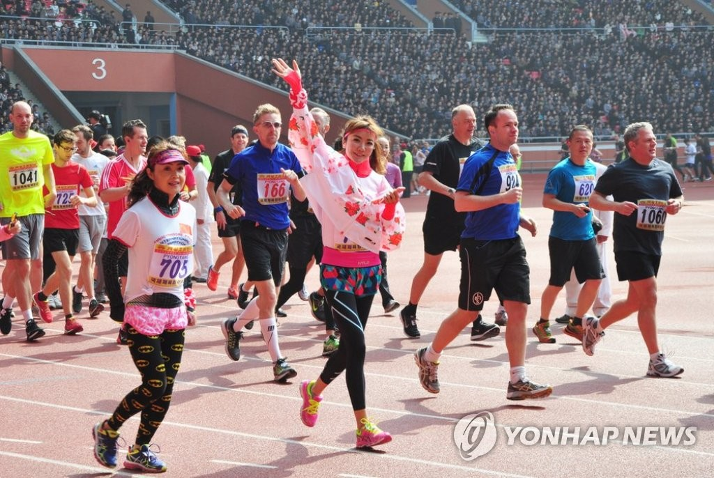 外国选手参加朝鲜万景台奖国际马拉松赛