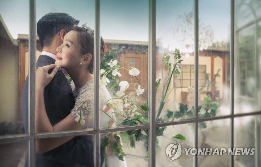 韩星金廷恩公开婚纱照