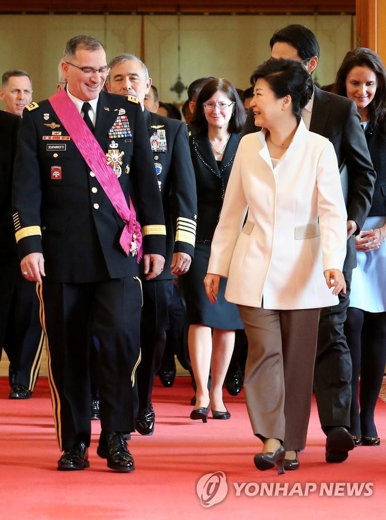 驻韩美军司令即将离任 朴槿惠授其勋章