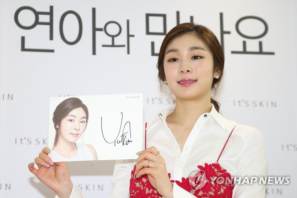 金妍儿举办签名会