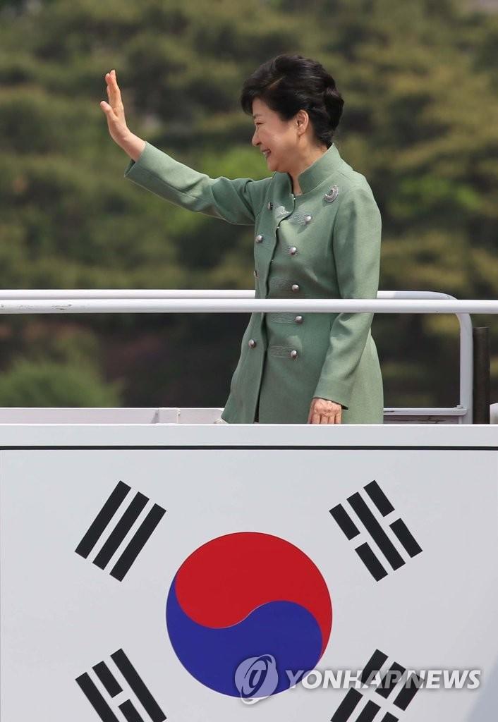 朴槿惠启程赴伊朗