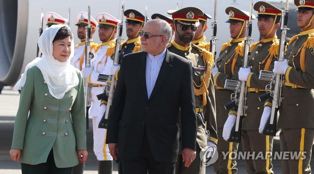 朴槿惠访问伊朗戴头巾
