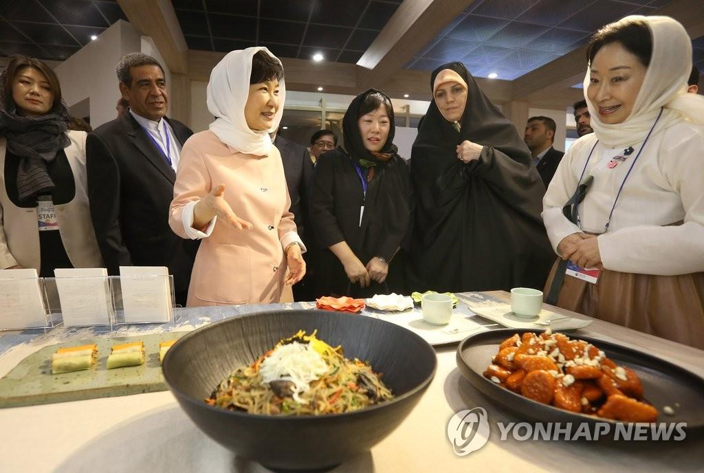朴槿惠和伊副总统共同了解韩餐