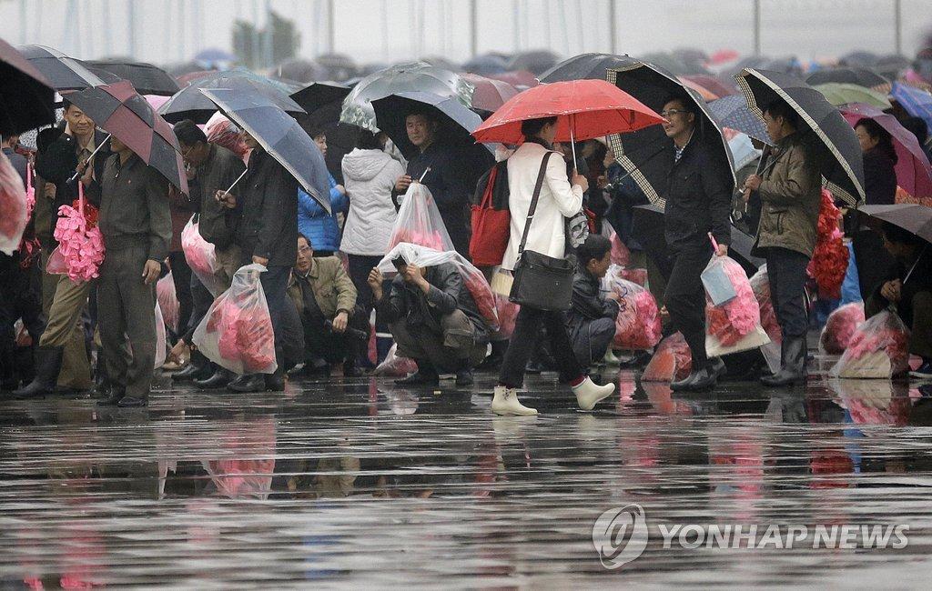等待七大庆祝演出的朝鲜居民