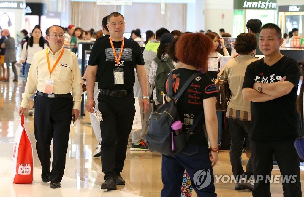 中国游客在韩免税店购物