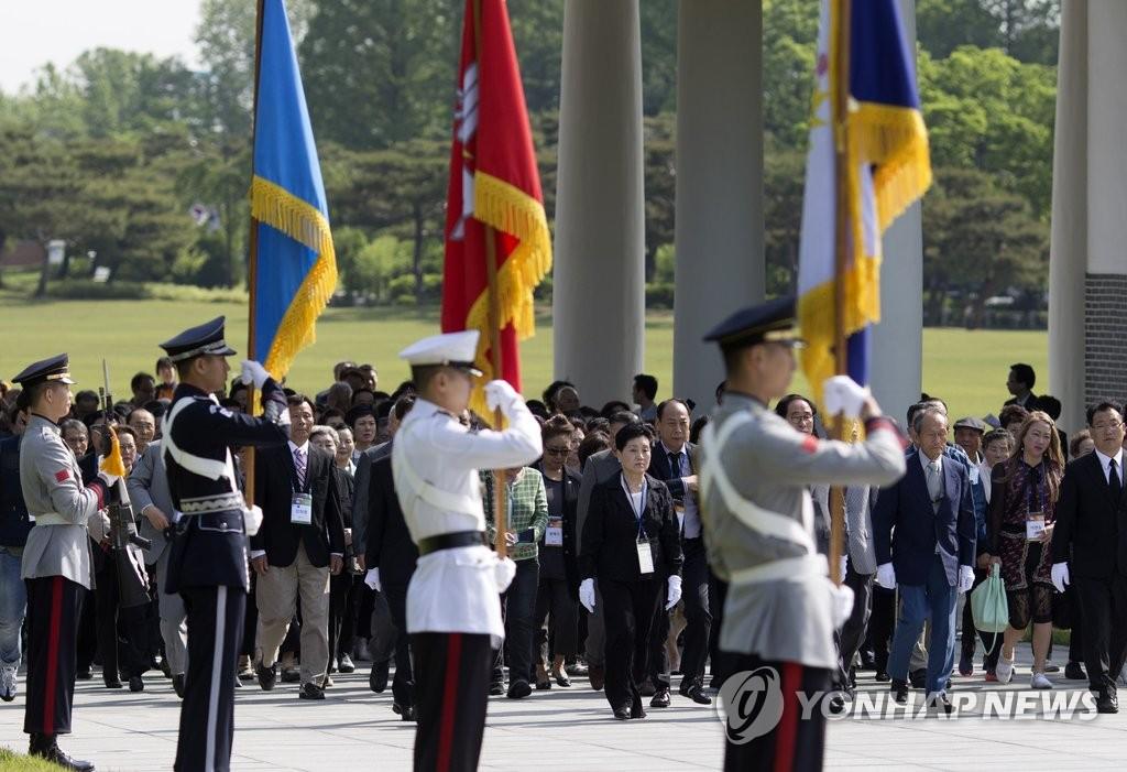 旅外脱北人士参拜韩国显忠院
