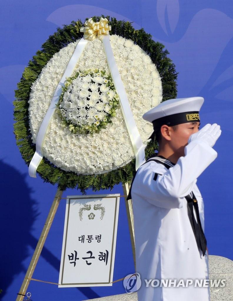 光州民主化运动纪念仪式 朴槿惠敬献花圈
