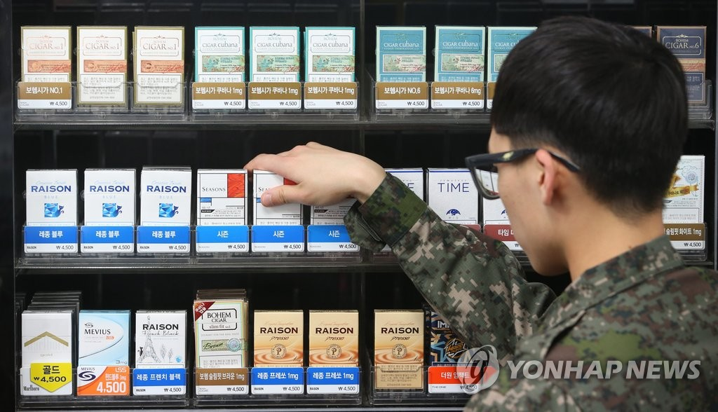 资料图片:国防超市的香烟柜台(韩联社)