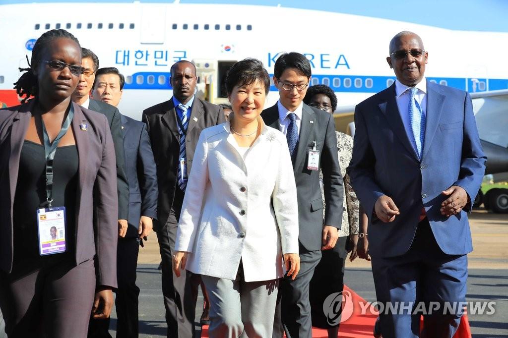 朴槿惠抵达乌干达