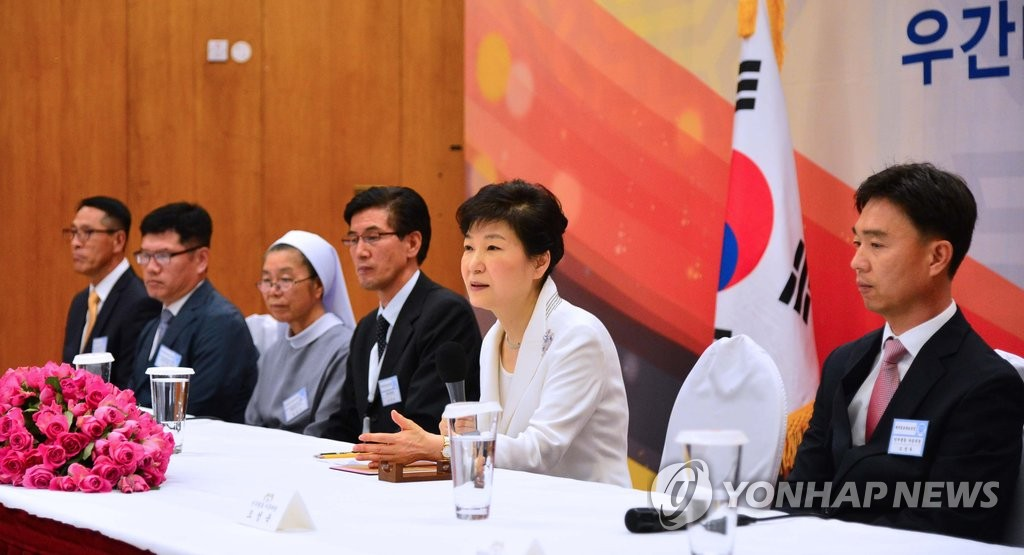 朴槿惠在乌干达与韩侨代表座谈