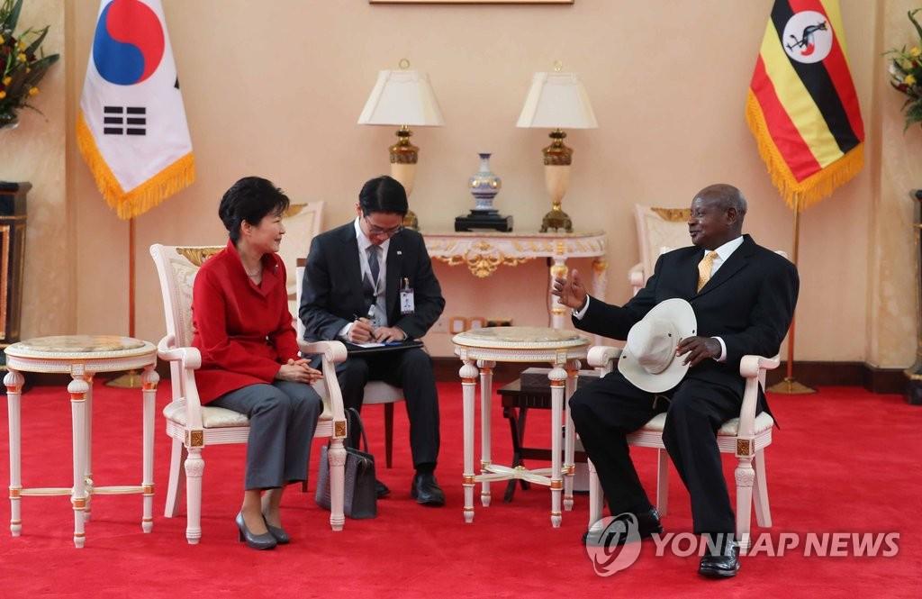 韩乌干达总统会晤
