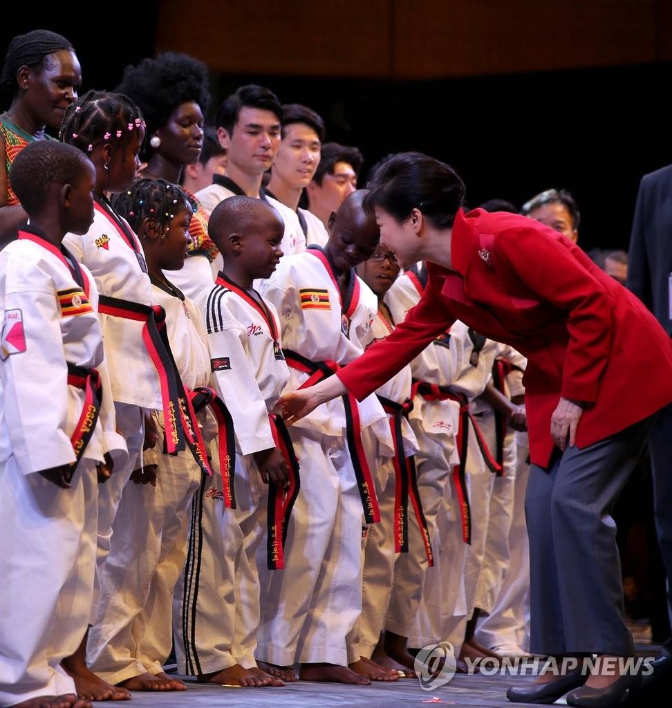 朴槿惠在乌干达走上舞台慰问演职人员