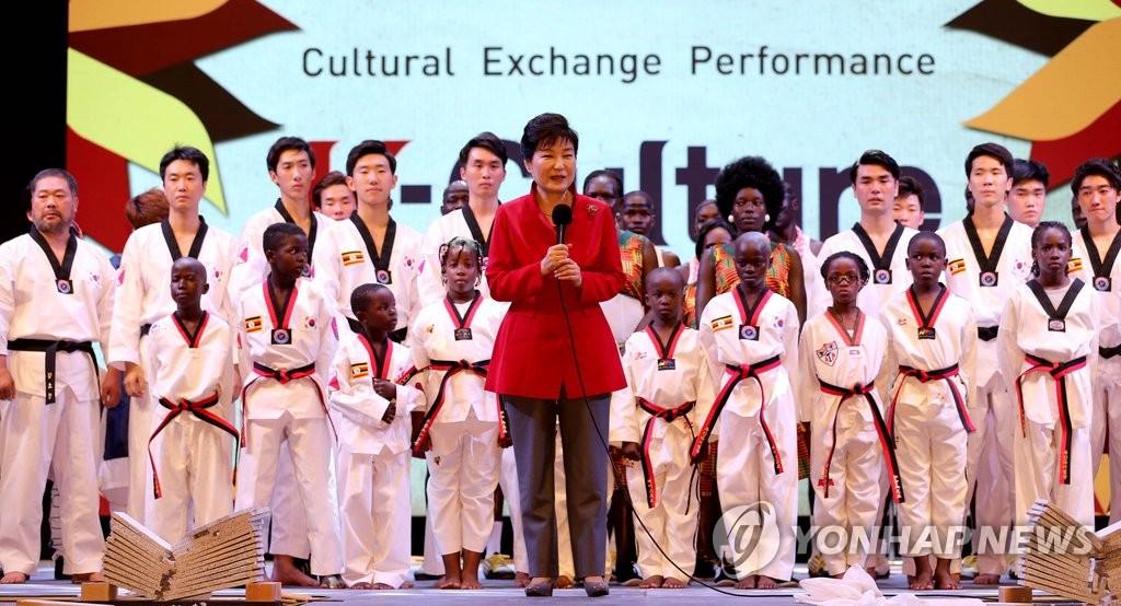 详讯:韩国乌干达总统为非洲首家新村教育院揭牌