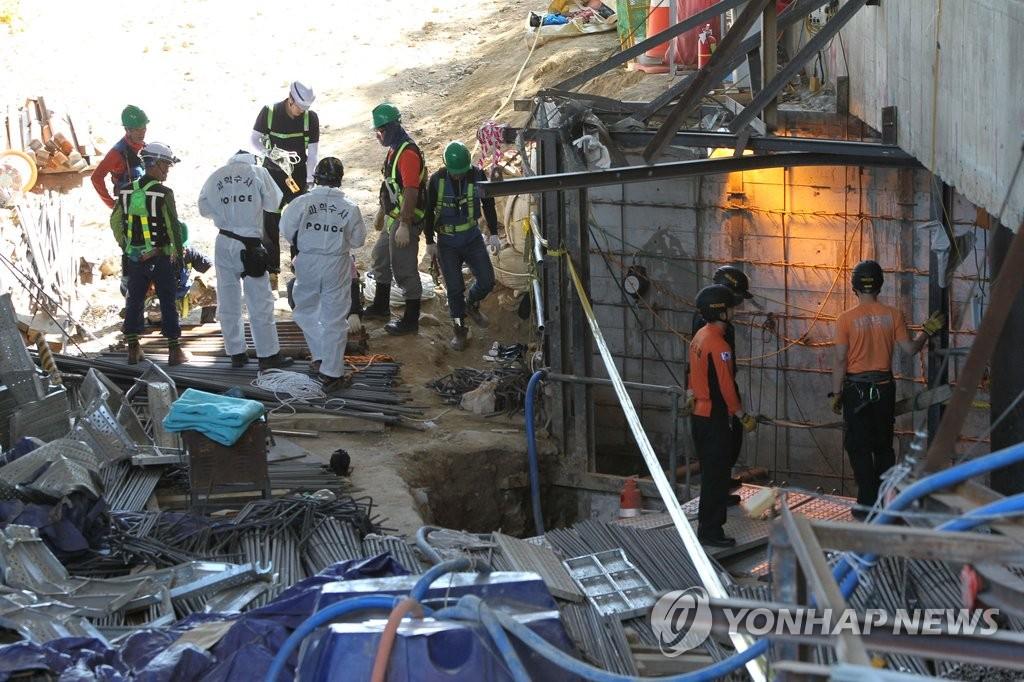地铁工地坍塌事故调查组进行安全作业