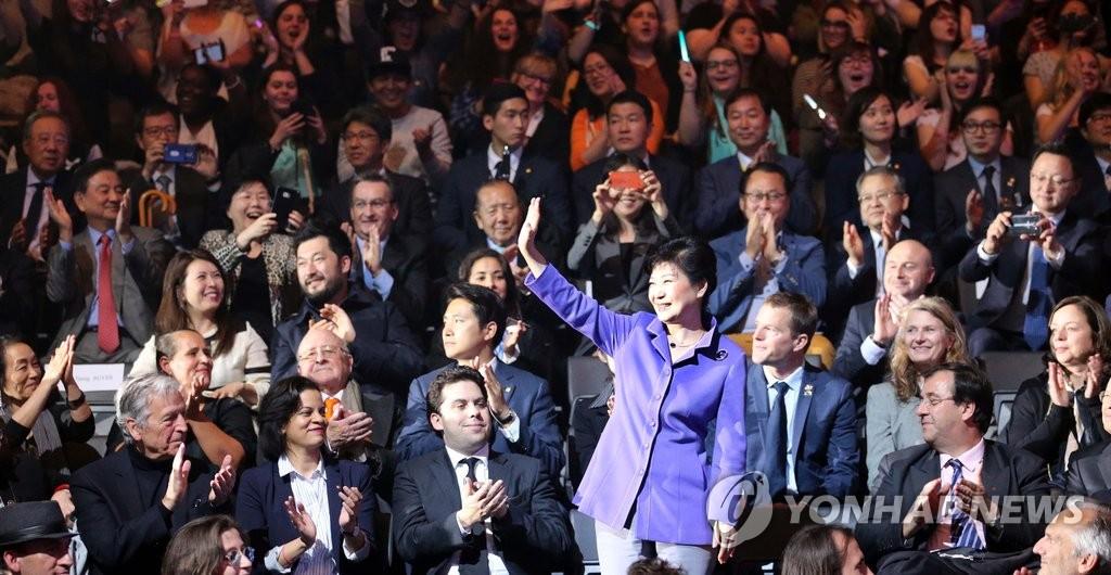 朴槿惠观看韩流表演后向观众致意