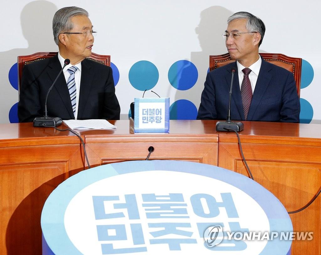 邱国洪与韩共同民主党代表交谈