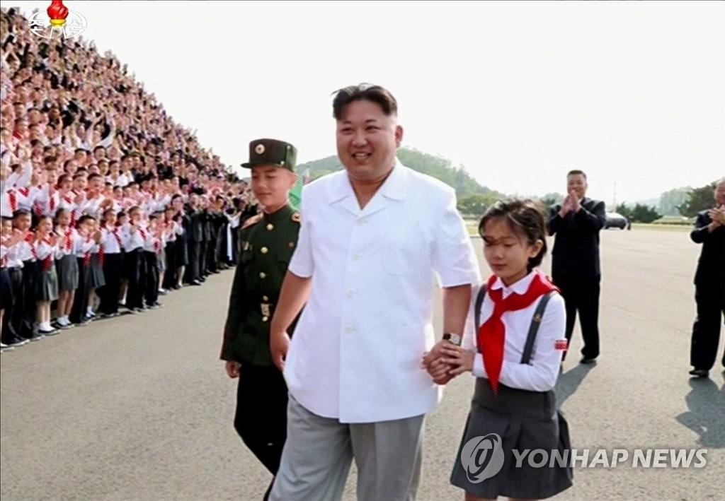 金正恩与儿童合影 庆祝少年团成立70周年
