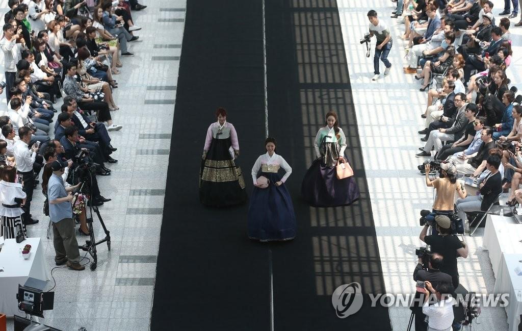 国会上演韩服时装秀