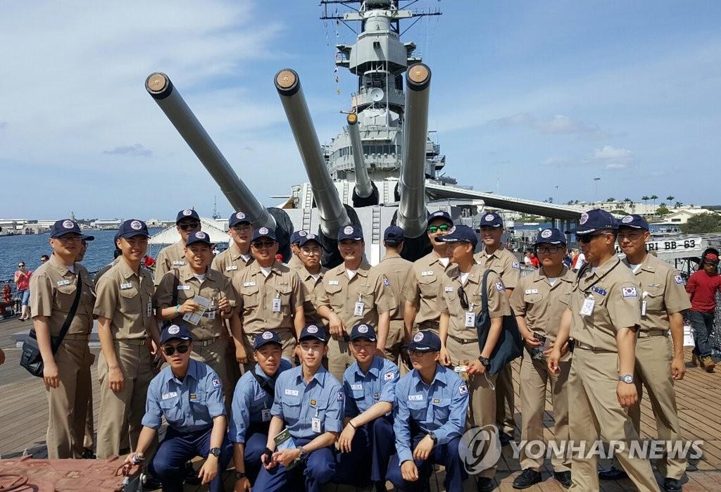 """韩海军官兵在夏威夷""""密苏里号""""战列舰前合影"""