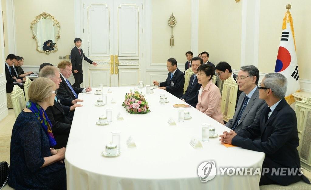 朴槿惠接见朝鲜人权问题专家小组