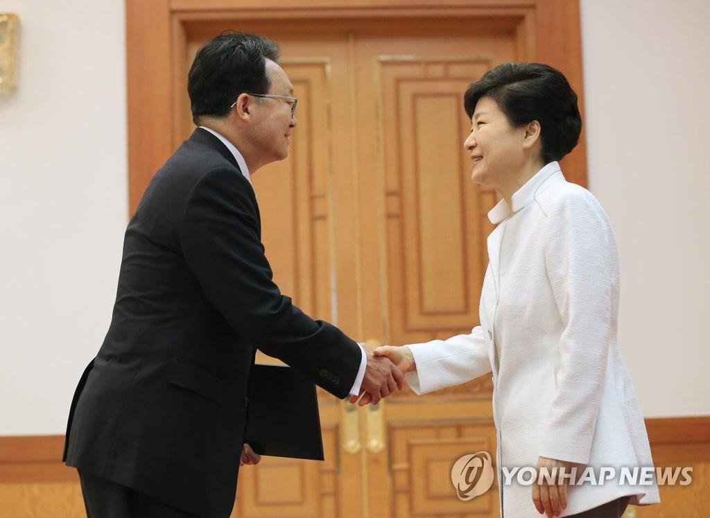 朴槿惠向新任驻日大使授予国书