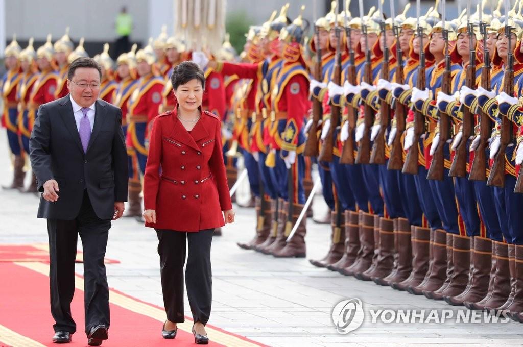 韩蒙首脑检阅仪仗队