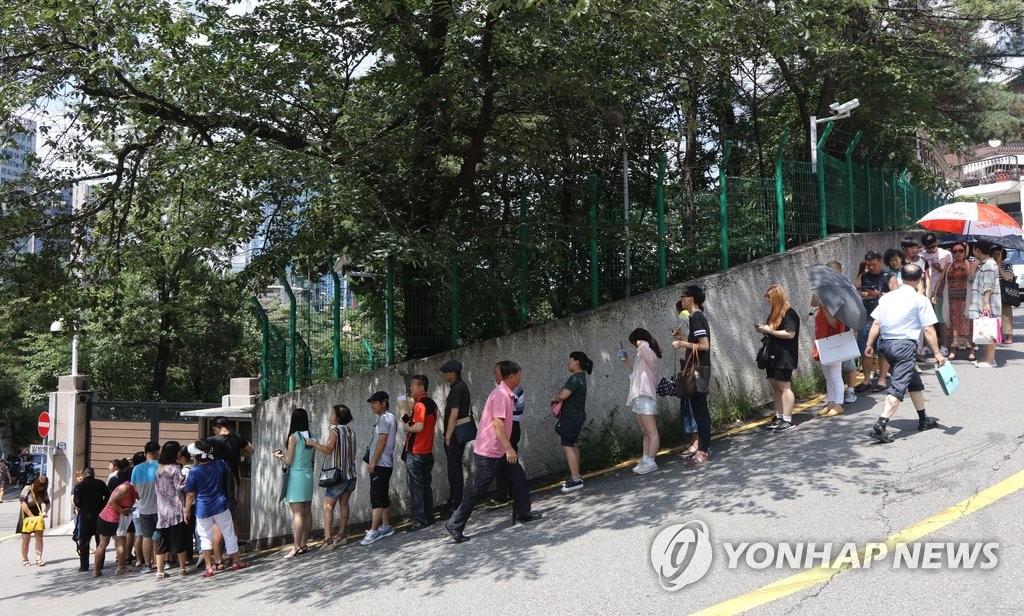 中国大使馆前为办签证排长龙