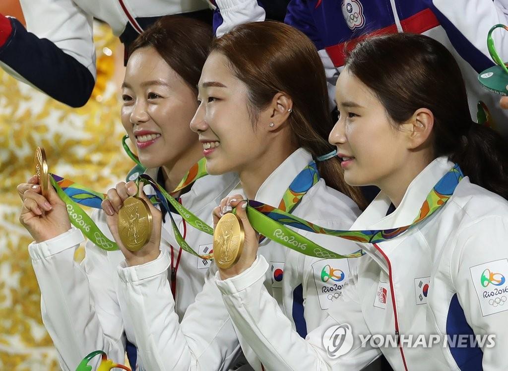 韩射箭三姐妹微笑展示金牌
