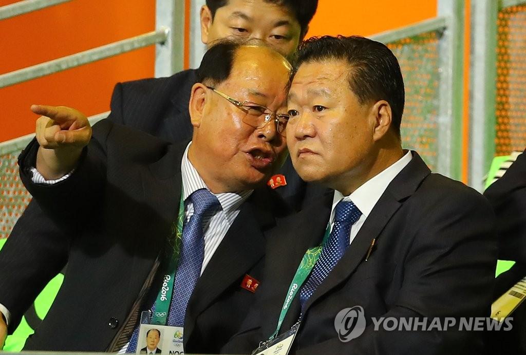 崔龙海观看朝鲜举重名将严润哲比赛