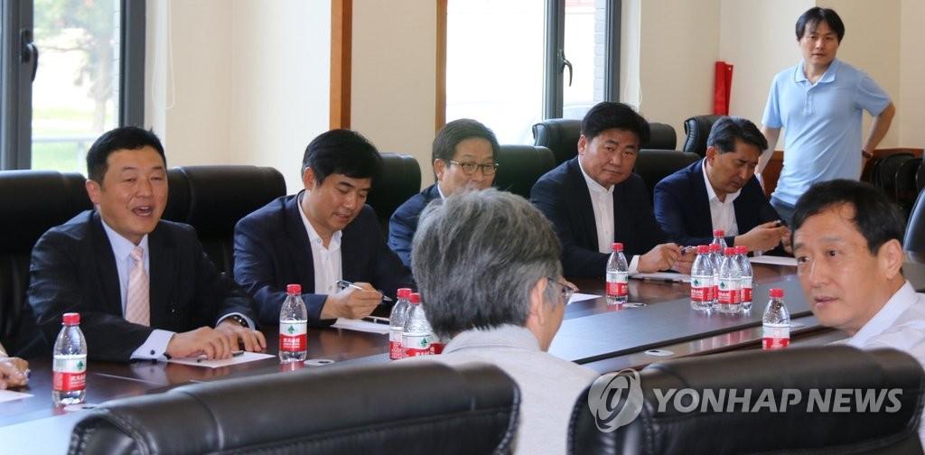韩在野党议员团与北京大学教授们讨论萨德