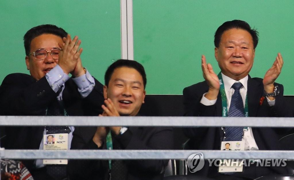 崔龙海开心看乒乓球比赛