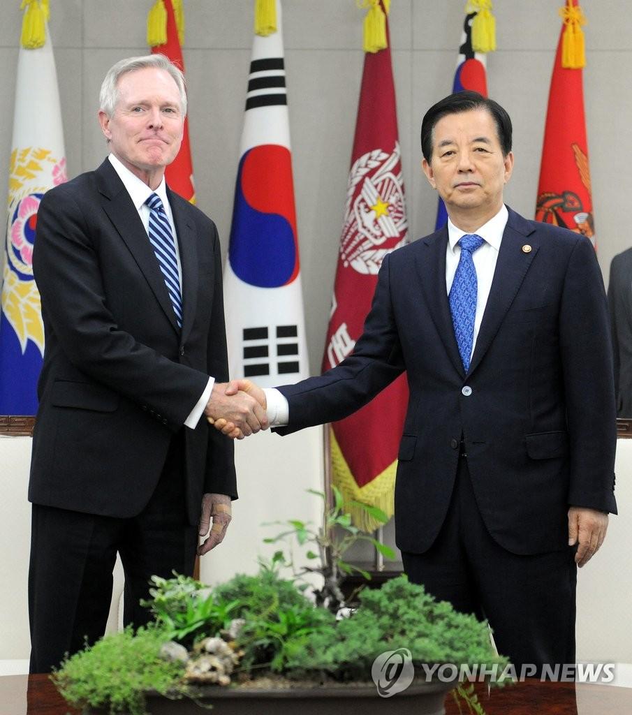 韩防长与美海军部长会面
