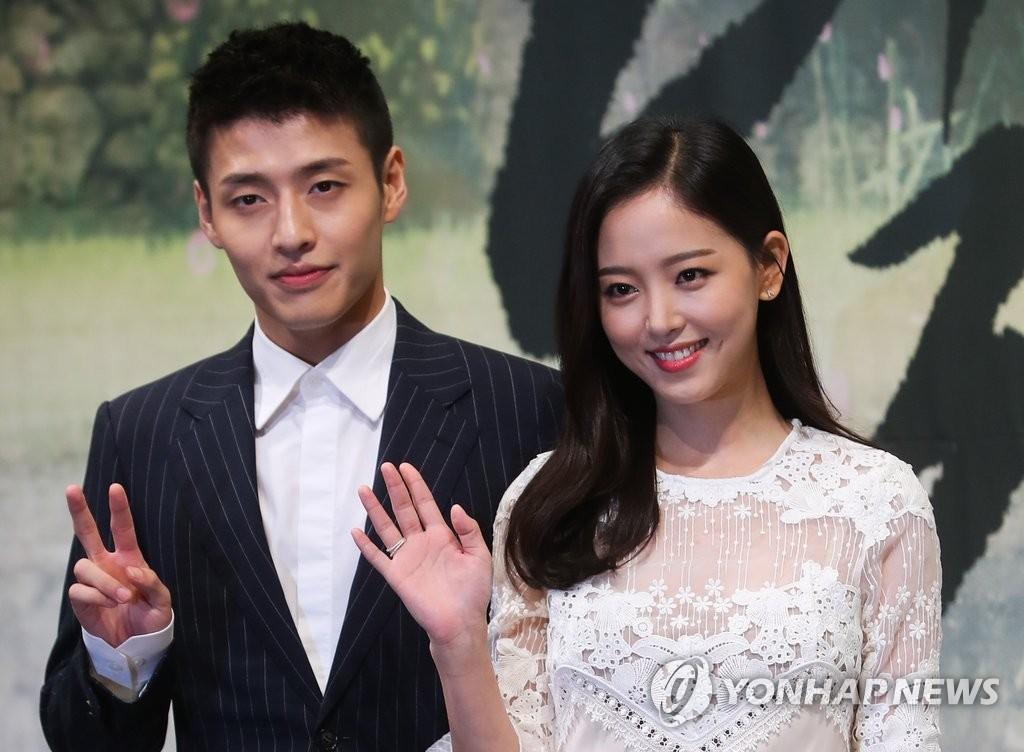 演员姜河那和姜汉娜