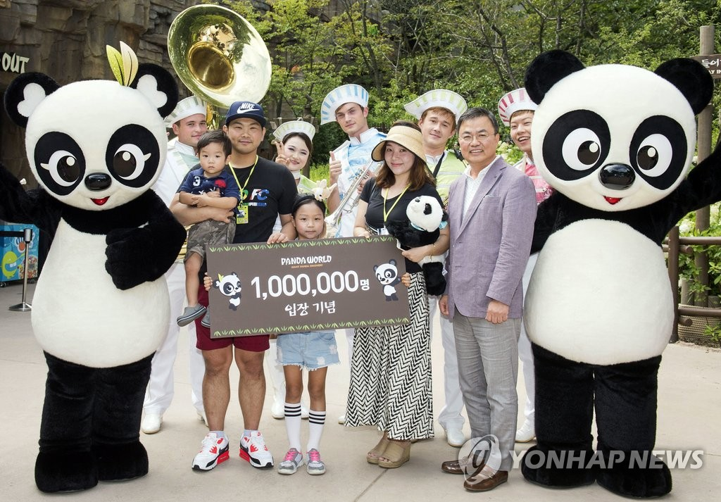 """""""熊猫世界""""参观人数破100万"""