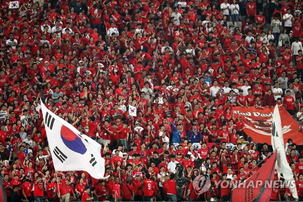 """""""红魔""""为韩国队加油助威"""