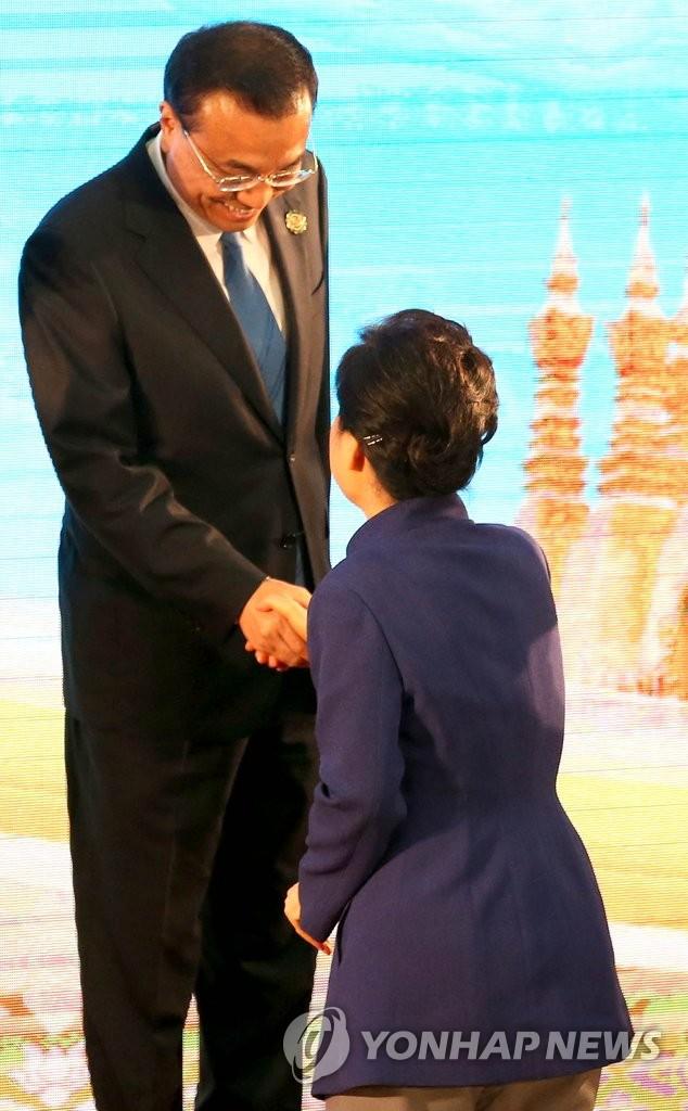 朴槿惠和李克强亲切握手