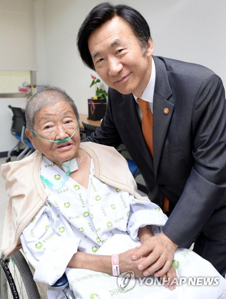 韩外长看望慰安妇受害人