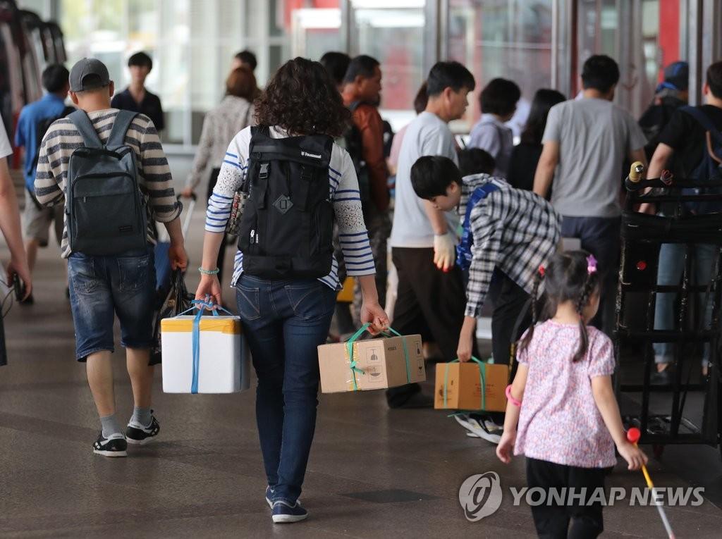 首尔迎来大批返程旅客