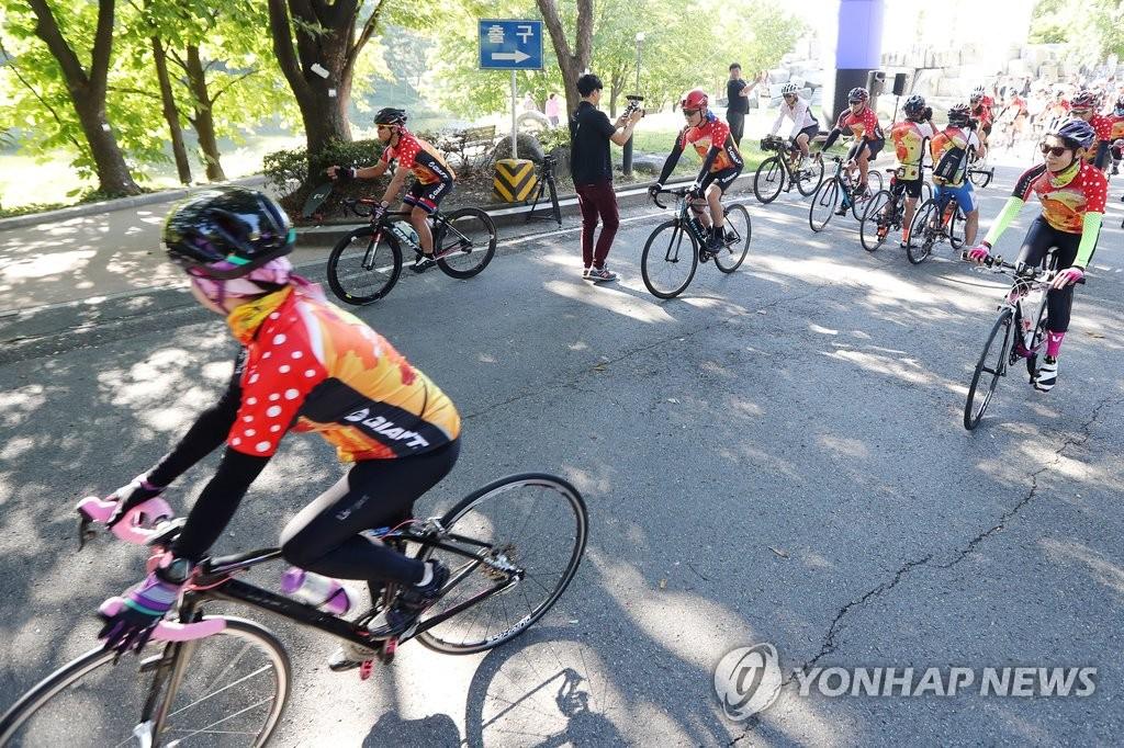 台湾游客骑自行车游韩国