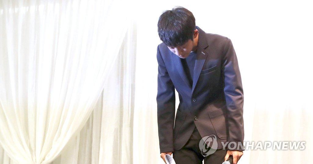 韩歌手郑俊英开记者会