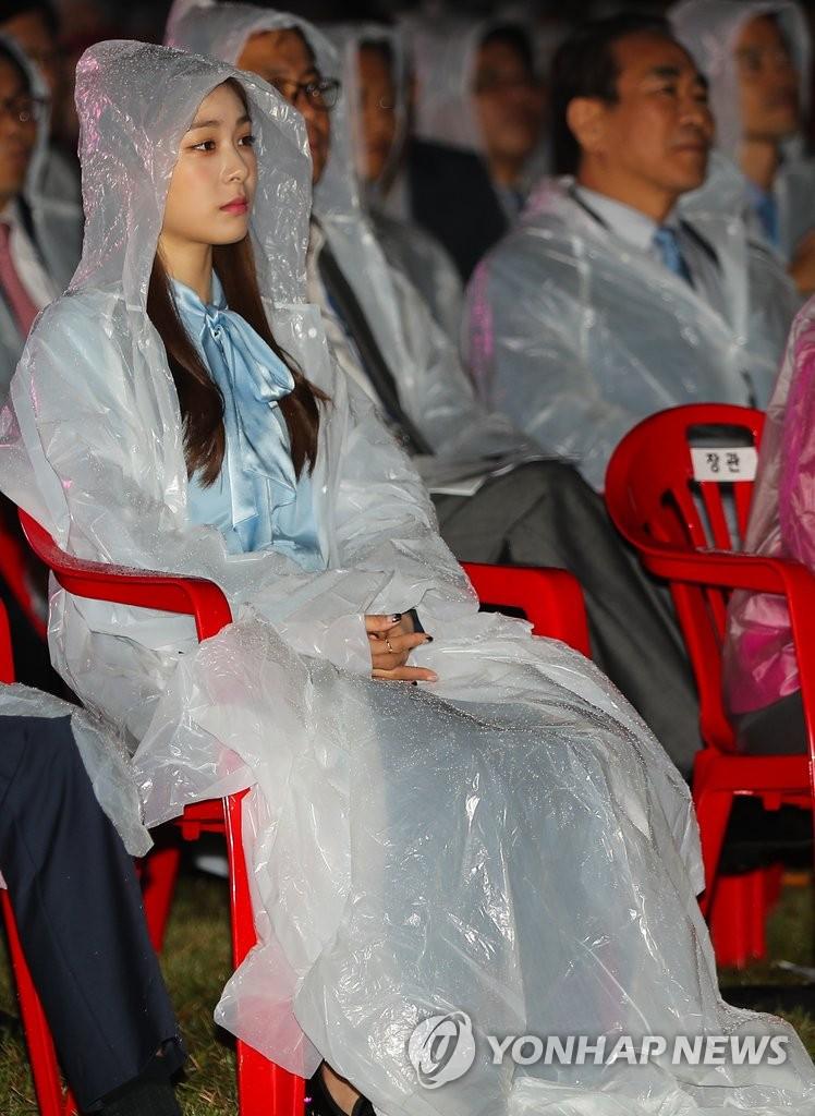 金妍儿穿雨衣亮相