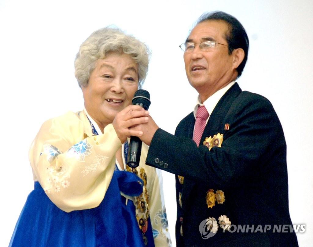 资料图片:2016年9月29日,朝鲜老人出席在朝鲜平壤市举行的国际老人节活动。 韩联社(图片仅限韩国国内使用,严禁转载复制)