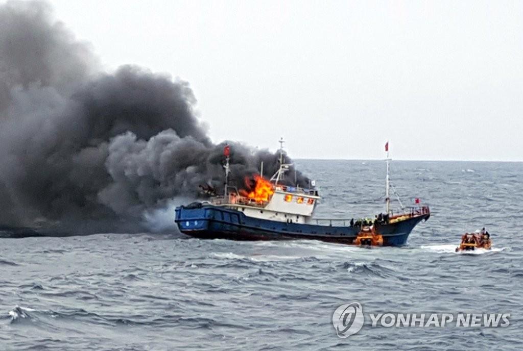 一中国渔船在韩西南海域失火