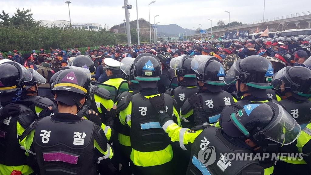 货运工会组织和警方肢体冲突