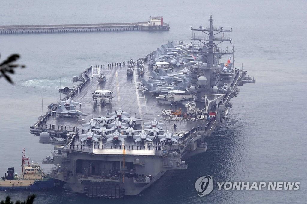 """美""""里根号""""核航母驶入釜山港"""