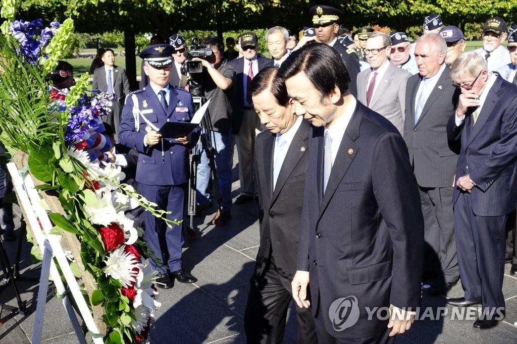 韩外长防长向韩战英雄献花