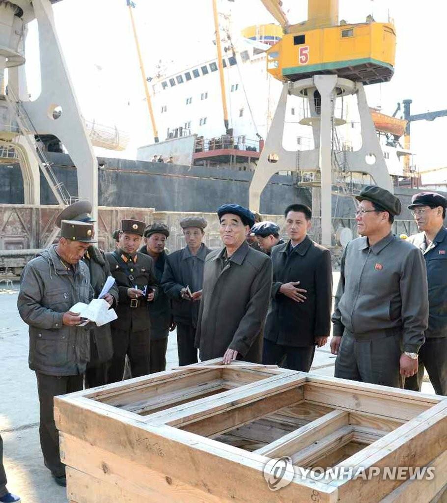 朝鲜总理视察台风重灾区