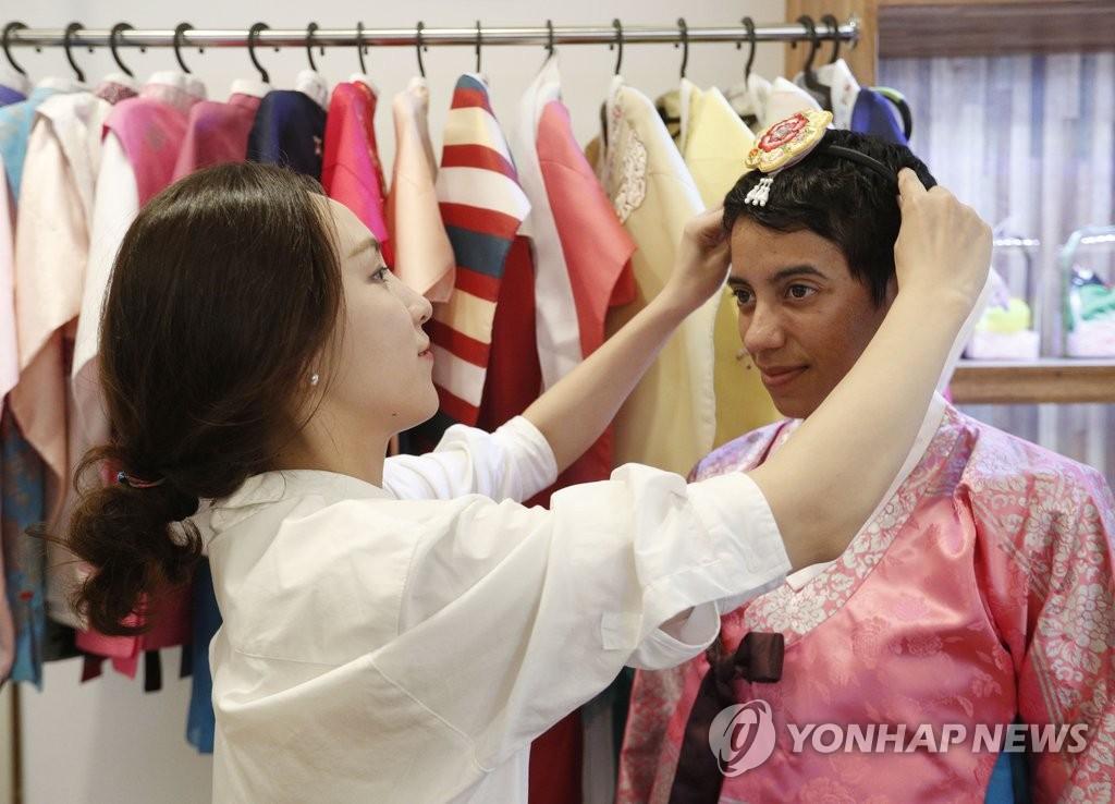 外国游客身穿韩服体验异国文化