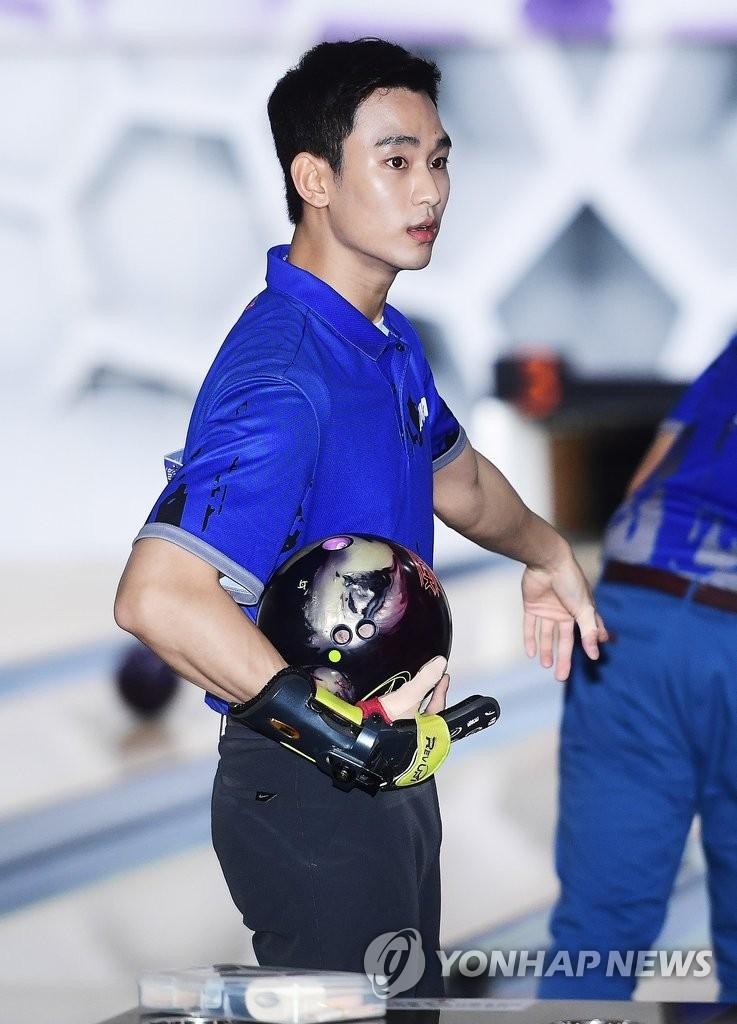 金秀贤挑战职业保龄球手